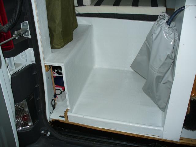 van amenage avec douche et wc. Black Bedroom Furniture Sets. Home Design Ideas