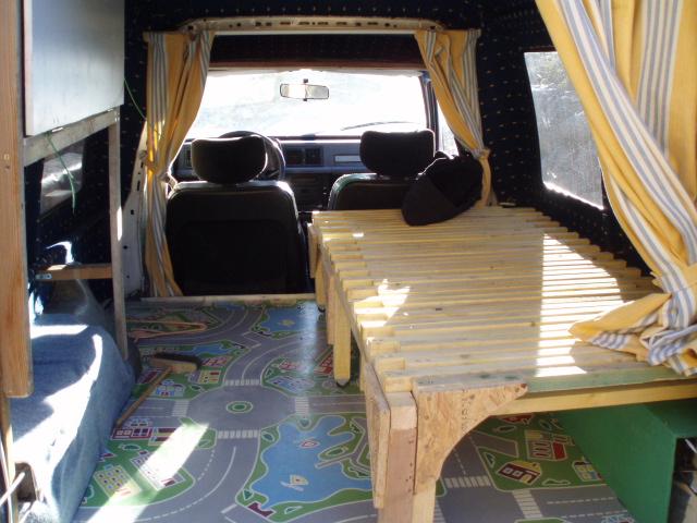 charming etagere au dessus du lit 10 1194735866 pb041567 jpg. Black Bedroom Furniture Sets. Home Design Ideas